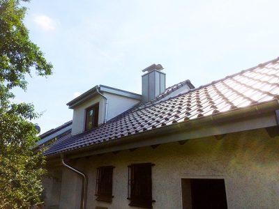 Dacheindeckung Braas Achat 10V anthrazit engobiert und Kaminbekleidung mit vorbewittertem Zink.