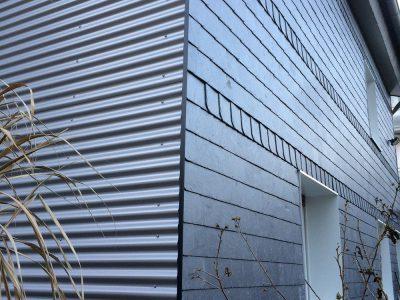 Fassade Nachher Schieferdeckung 20x20 Rundbogen Baukompacktplatte Sockel und übergang zu Aluminium Sinuswelle