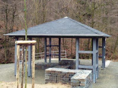 Schutzhütte mit Zinkrinne und Bitumenschindeldeckung